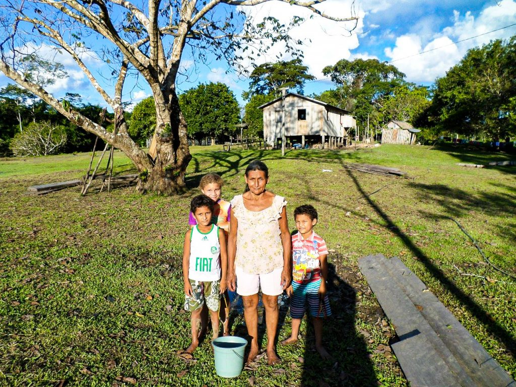 A resident family in the Envira Amazonia project.