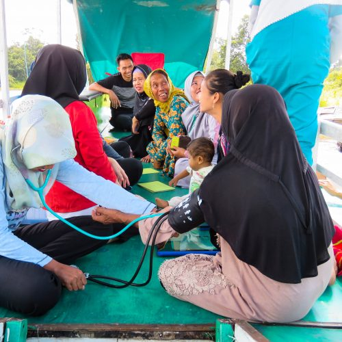 A boat clinic in the Rimba Raya project.