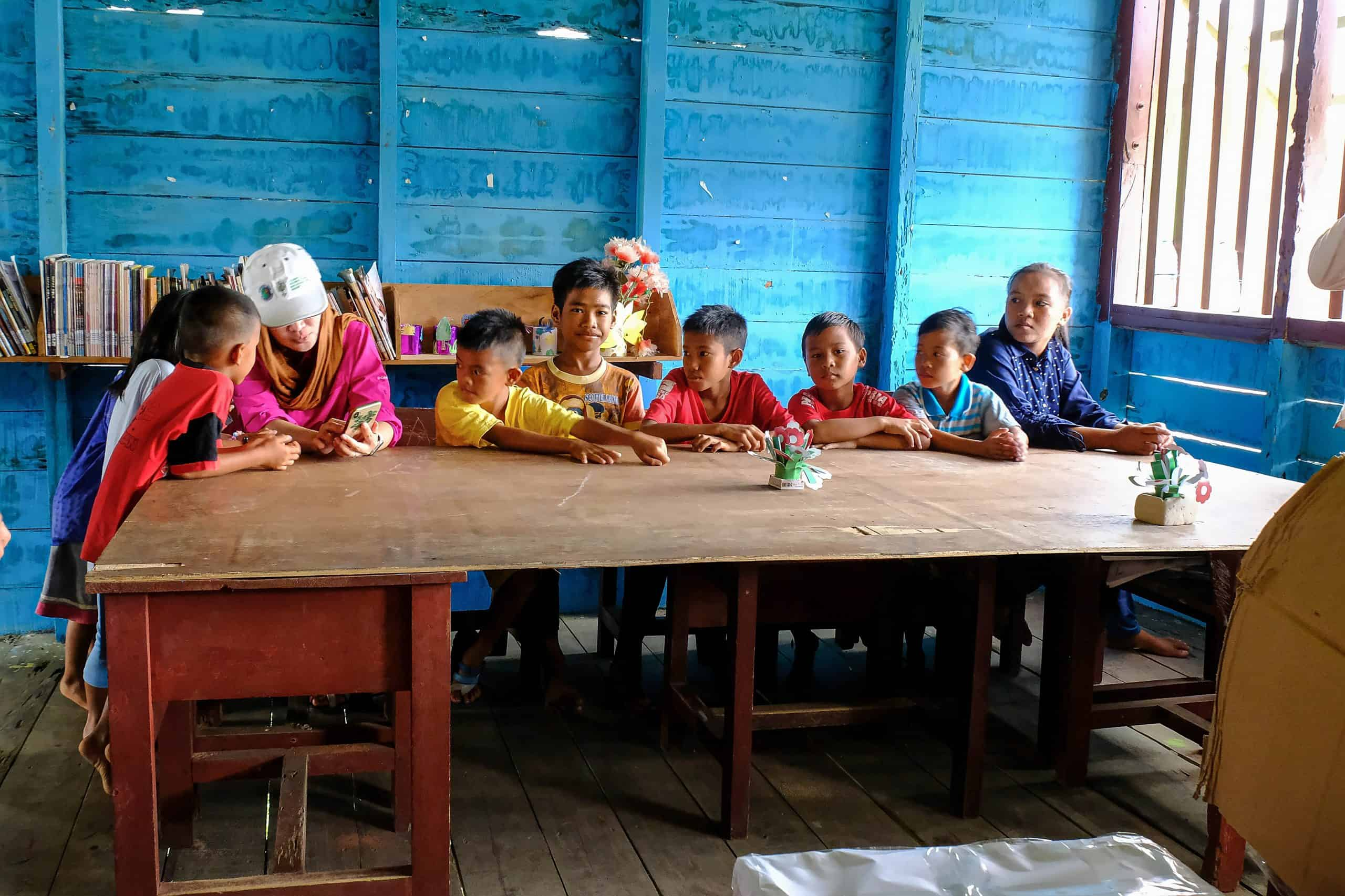 Kids in a library in the Rimba Raya project.